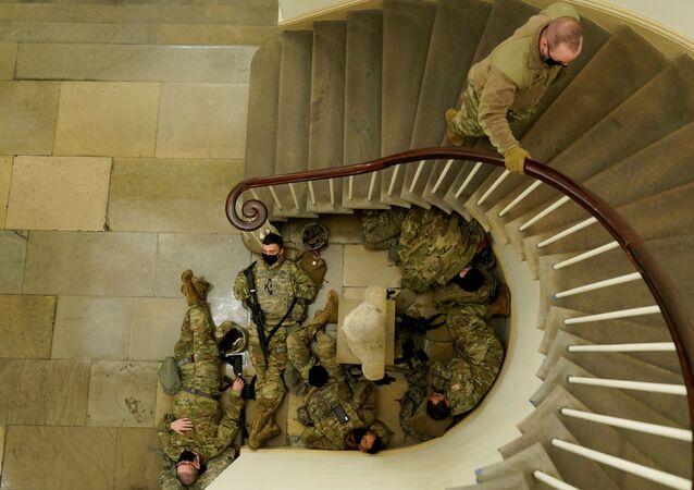 Soldados da Guarda Nacional dormem antes de os democratas começarem a debater impeachment de Donald Trump no Capitólio dos EUA, 13 de janeiro de 2021
