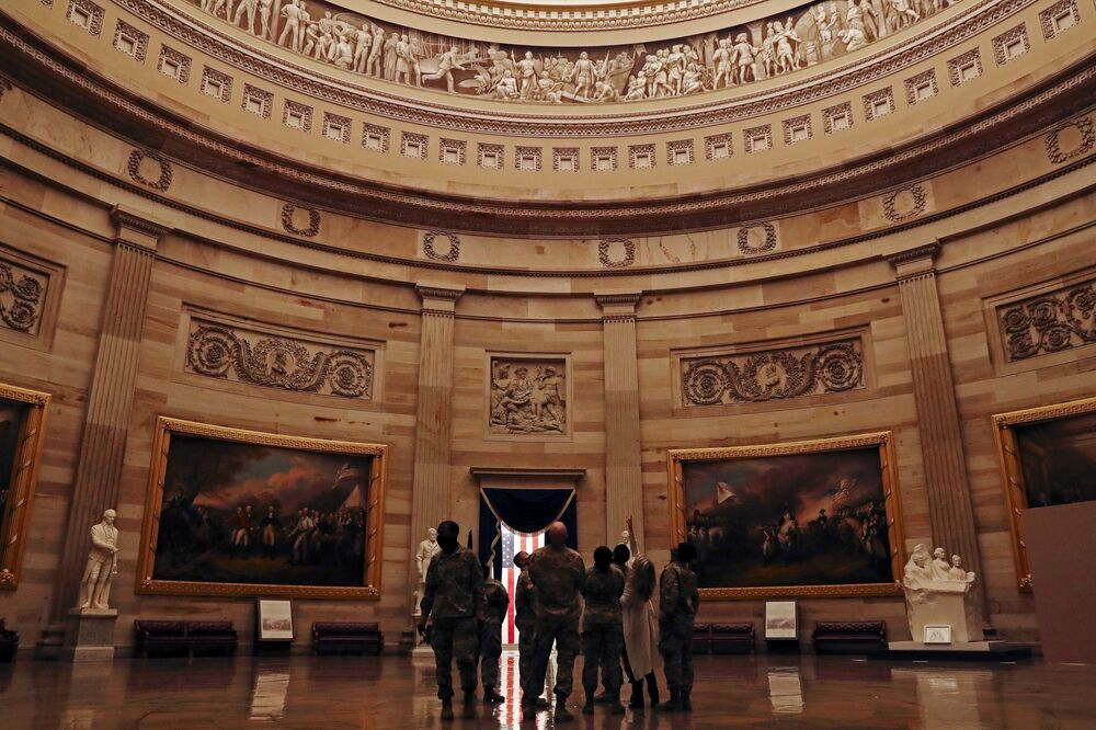 Membros da Guarda Nacional na Rotunda do Capitólio, Washington, Estados Unidos, 13 de janeiro de 2021