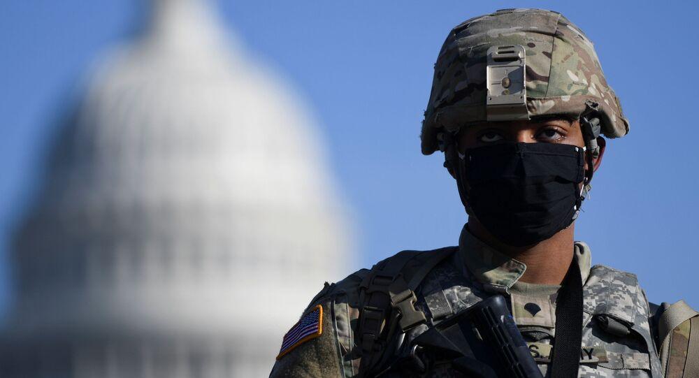 Membro da Guarda Nacional dos EUA na frente da sede do Congresso Nacional do país, em Washington, EUA, 13 de janeiro de 2021