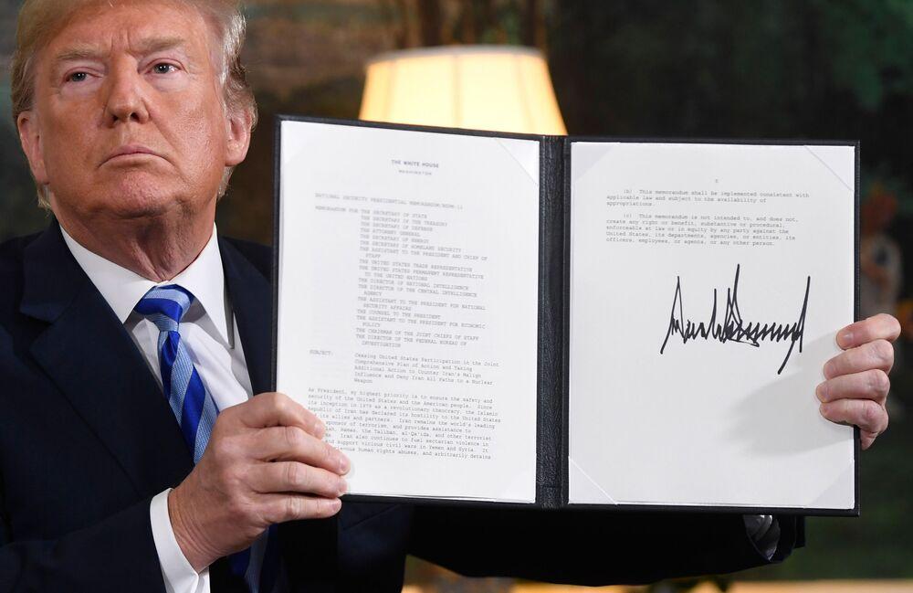 Presidente Donald Trump assina documento restaurador das sanções contra o Irã após o anúncio da saída dos EUA do acordo nuclear iraniano, na Casa Branca, 8 de maio de 2018
