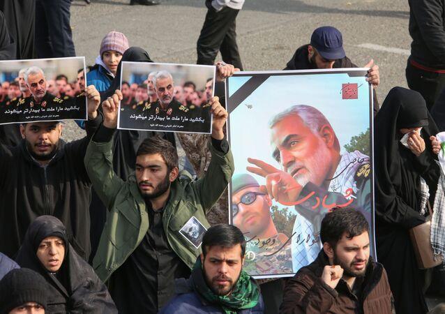 Iranianos seguram pôsteres do major-general iraniano Qassem Soleimani no dia 3 de janeiro de 2020, durante demonstração em Teerã contra o assassinato do comandante em ataque aéreo norte-americano em Bagdá