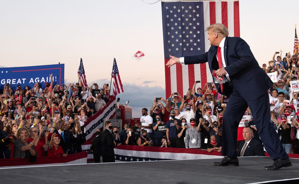 Presidente dos EUA joga máscaras aos apoiadores após chegar ao Aeroporto Internacional Orlando Sanford, estado da Flórida, EUA, 12 de outubro de 2020