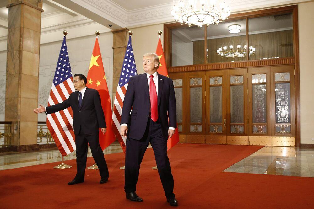 Presidente dos EUA, Donald Trump, e premiê da China, Li Keqiang, reúnem-se em Pequim, China, 9 de novembro de 2017, para conversações sobre assuntos comerciais e a Coreia do Norte