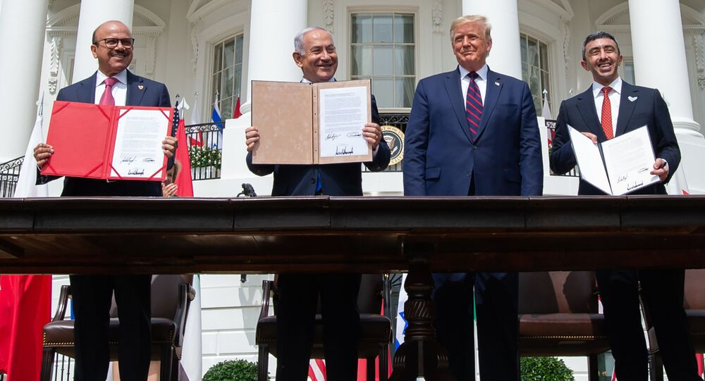 Primeiro-ministro israelense, Benjamin Netanyahu, e chanceleres de Bahrein e Arábia Saudita chegam à Casa Branca, 15 de setembro de 2020, para assinar acordos históricos e normalizadores das relações entre Israel e países árabes