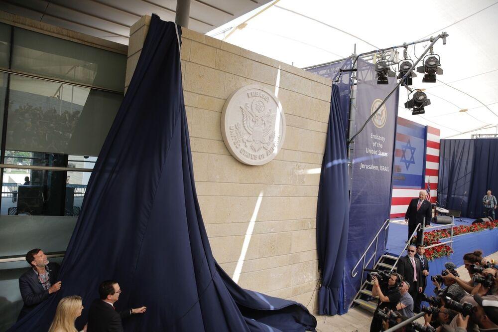 Filha de Donald Trump, Ivanka Trump, e o secretário do Tesouro dos EUA, Steve Mnuchin, revelam placa de inauguração durante a cerimônia de abertura da nova embaixada norte-americana em Jerusalém, , 14 de maio de 2018