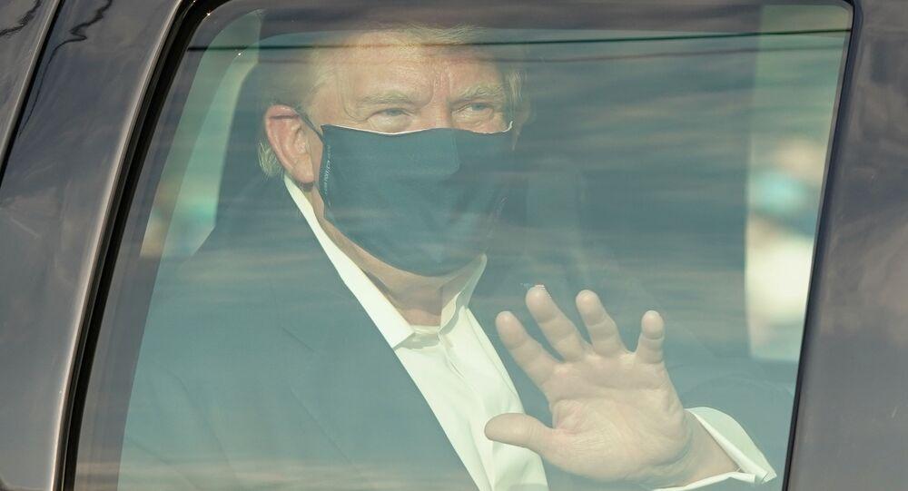 Carro do presidente Donald Trump passa por trumpistas no estado de Maryland, EUA, 4 de outubro de 2020