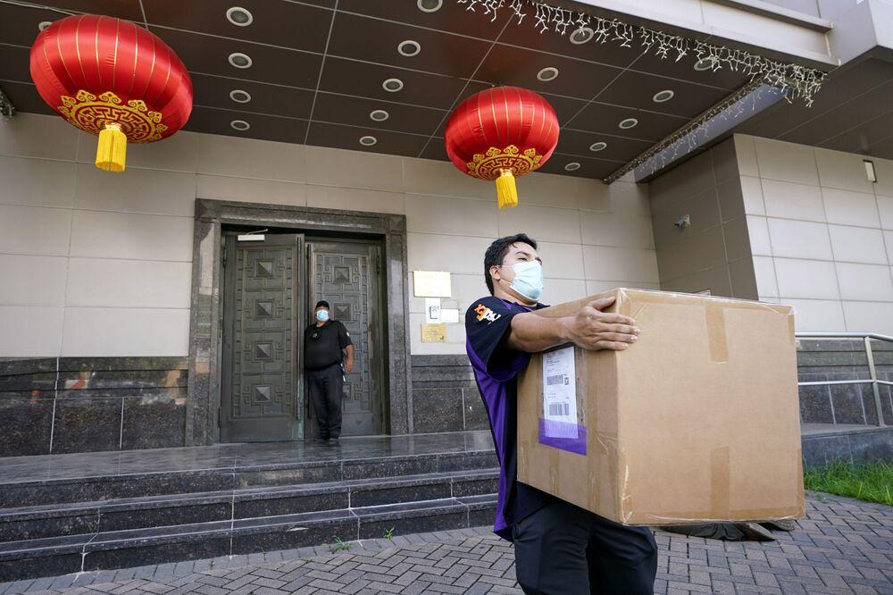 Funcionário da FedEx leva uma caixa da embaixada chinesa em Houston, EUA, 23 de julho de 2020, após uma ordem do governo norte-americano fechar a embaixada