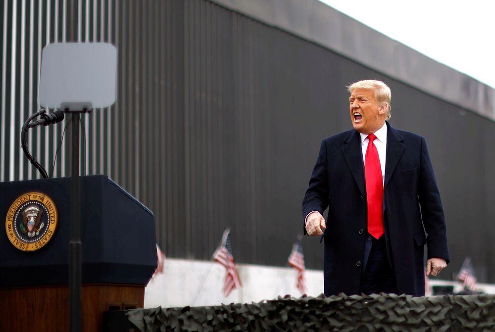 Presidente norte-americano, Donald Trump gritando durante sua visita ao muro fronteiriço EUA-México, 12 de janeiro de 2021