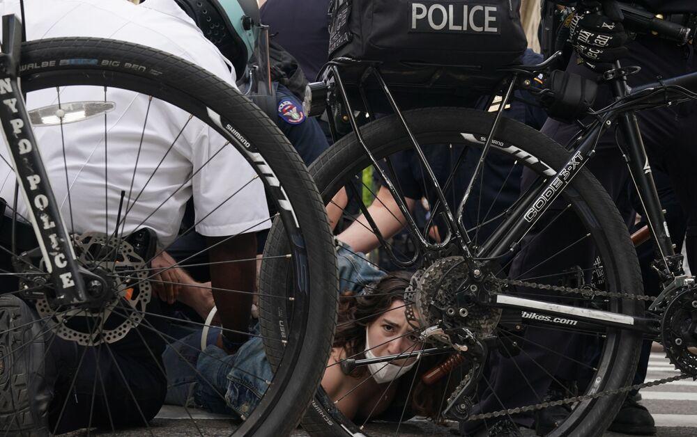 Policiais realizam detenções de manifestantes em Minneapolis, durante protestos antirracistas nos Estados Unidos, após o assassinato do afro-americano George Floyd durante detenção de policial, que se ajoelhou sobre o pescoço de Floyd por cerca de oito minutos, 26 de maio de 2020