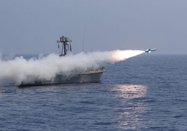 Embarcação iraniana dispara míssil durante exercício militar no golfo de Omã