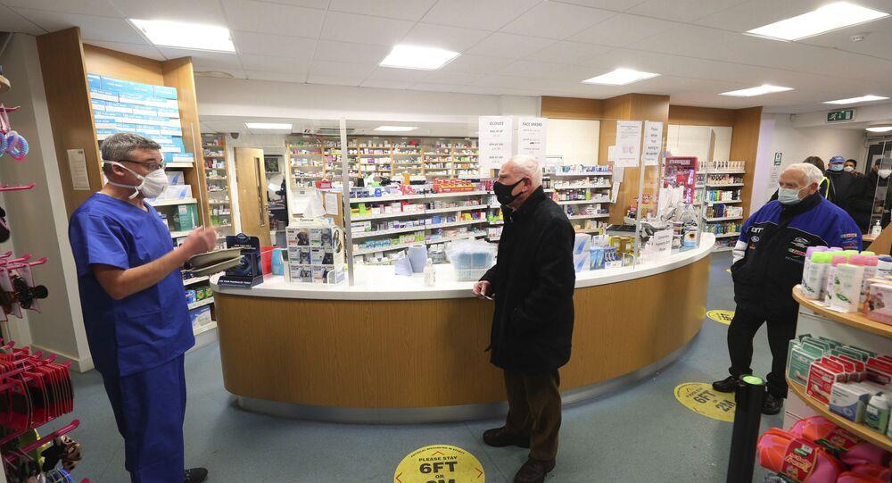 Farmacêutico prepara-se para aplicar vacina contra o coronavírus em drogaria na Inglaterra