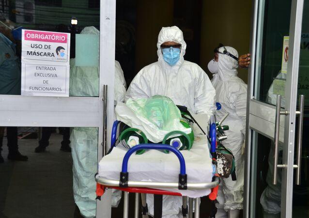 Enfermeiro retira paciente com COVID-19 de hospital em Manaus (AM) por falta de oxigênio.