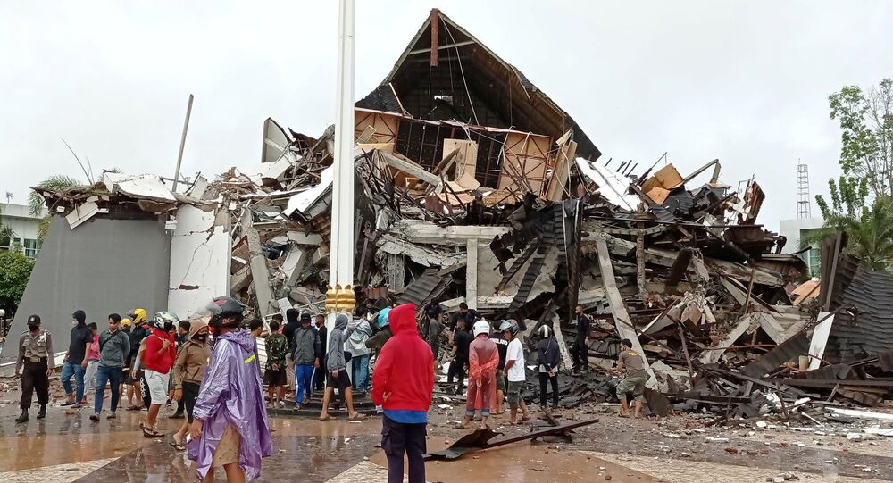 Casas destruídas por terremoto na Indonésia.