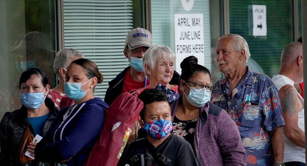 Pessoas fazem fila em busca de auxílio desemprego nos em Kentucky, nos Estados Unidos.