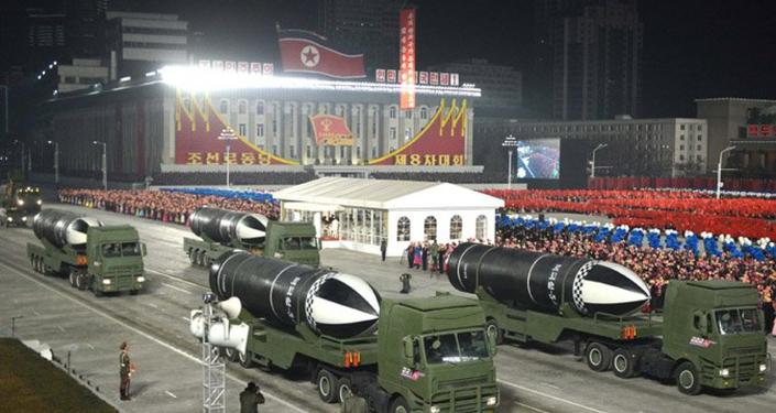 Novo míssil balístico lançado por submarino revelado durante um desfile militar na Coreia do Norte