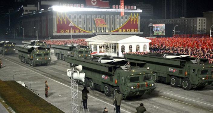 Míssil de curto alcance de combustível sólido mostrado durante desfile militar na Coreia do Norte
