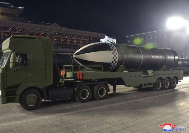 Novo míssil balístico lançado por submarino norte-coreano, supostamente denominado Pukguksong-5