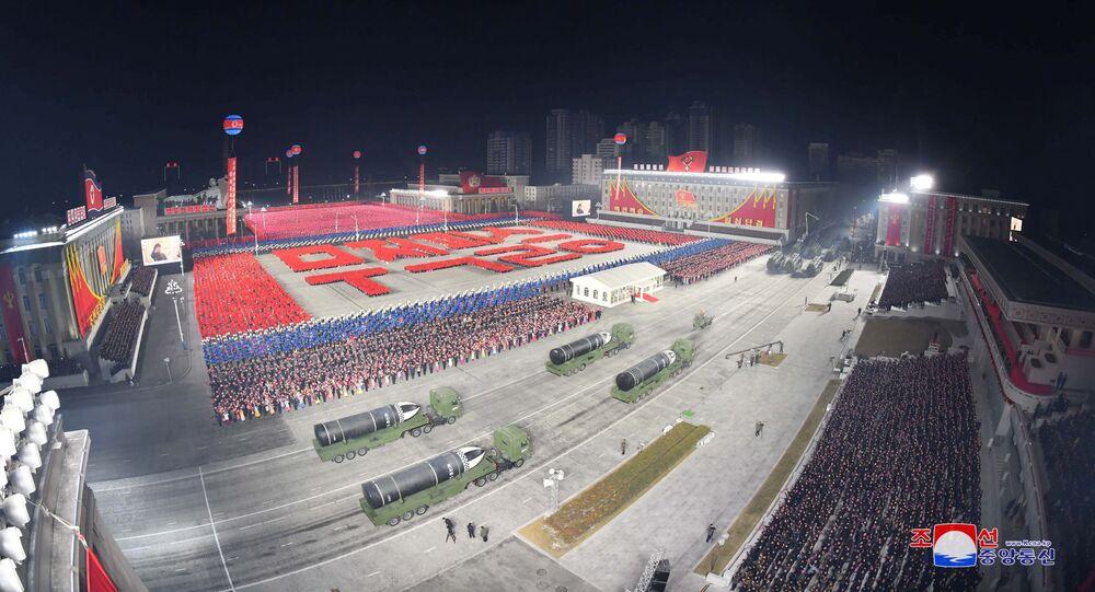 Vista dos novos mísseis balísticos apresentados durante desfile militar na Coreia do Norte