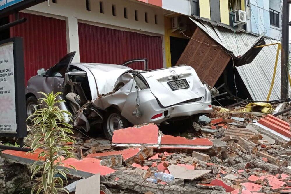Carro e edifícios danificados após terremoto em Mamuju, província de Sulawesi Ocidental, Indonésia, 15 de janeiro de 2021