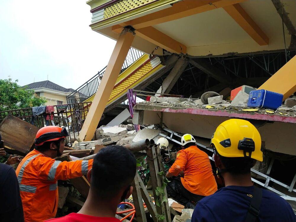 Equipe de salvamento cava escombros após terremoto em Mamuju, província de Sulawesi Ocidental, Indonésia, 15 de janeiro de 2021