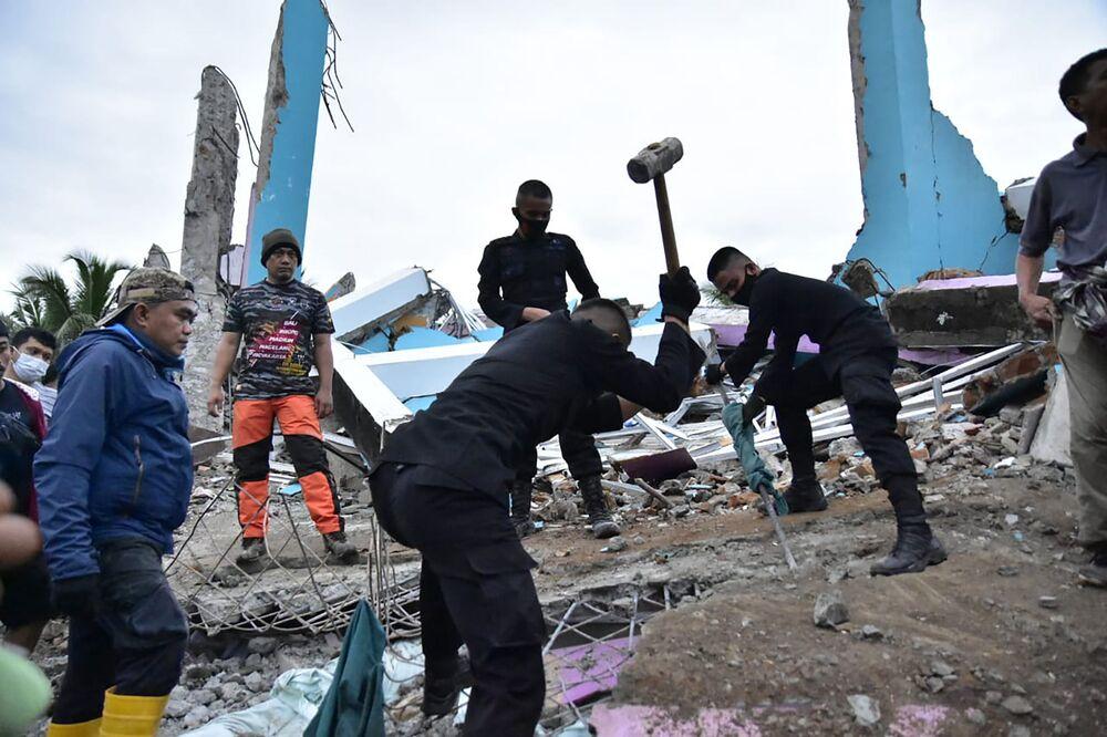 Equipe de socorristas procura sobreviventes de terremoto em hospital na cidade de Mamuju, Indonésia, 15 de janeiro de 2021