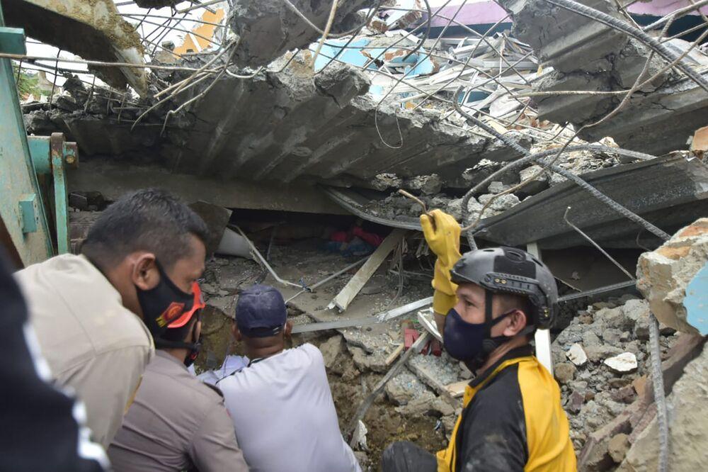 Socorristas procuram sobreviventes de terremoto em hospital na cidade de Mamuju, província de Sulawesi Ocidental, Indonésia, 15 de janeiro de 2021