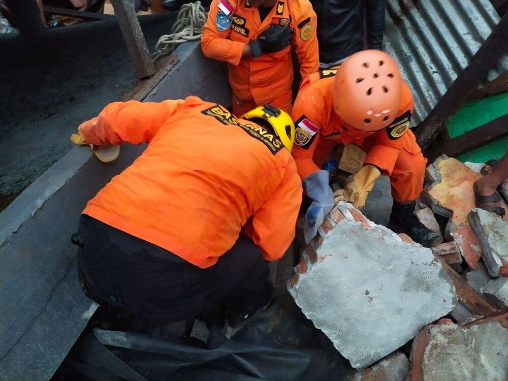 Equipe de salvamento cava escombros após um terremoto em Mamuju, província de Sulawesi Ocidental, Indonésia, 15 de janeiro de 2021