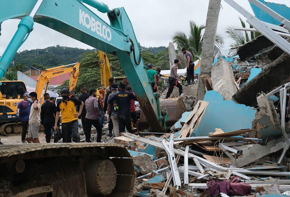 Socorristas procuram sobreviventes em edifício danificado por um terremoto em Mamuju, Sulawesi Ocidental, Indonésia, 15 de janeiro de 2021