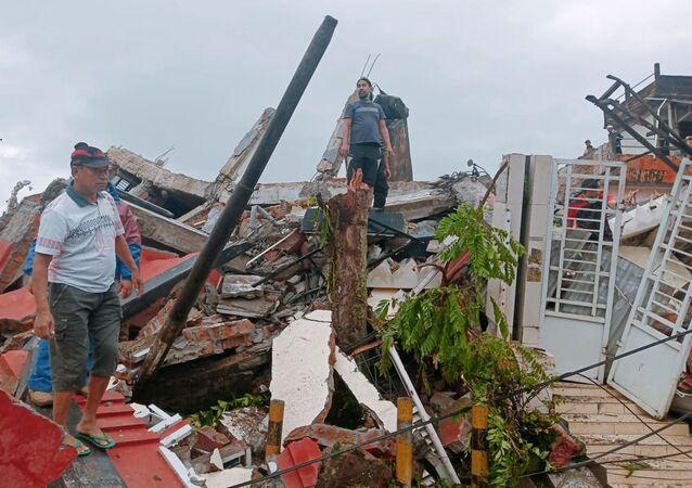 Moradores verificam casas danificadas pelo terremoto em Mamuju, Sulawesi Ocidental, Indonésia, 15 de janeiro de 2021