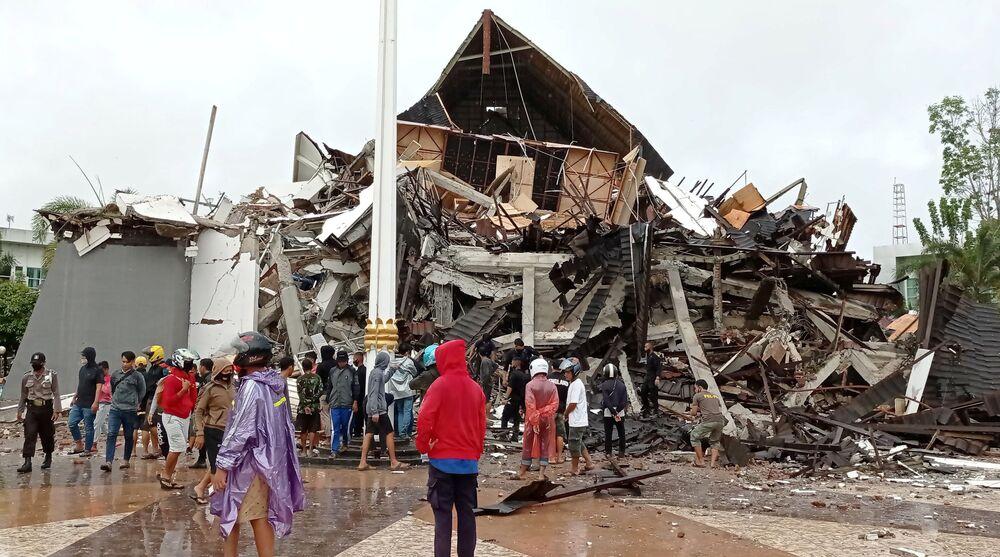 Casa destruída após terremoto em Mamuju, província de Sulawesi Ocidental, Indonésia, 15 de janeiro de 2021