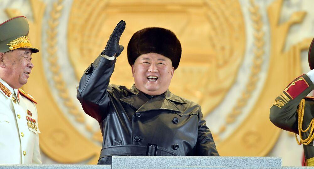Líder norte-coreano, Kim Jong-un, acena durante cerimônia de encerramento do 8º Congresso do Partido dos Trabalhadores, em Pyongyang, Coreia do Norte, 14 de janeiro de 2021