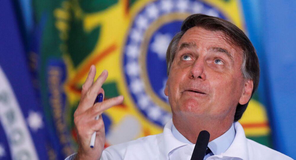 Presidente Jair Bolsonaro olha para o céu durante cerimônia no Palácio do Planalto, em Brasília, 12 de janeiro de 2021
