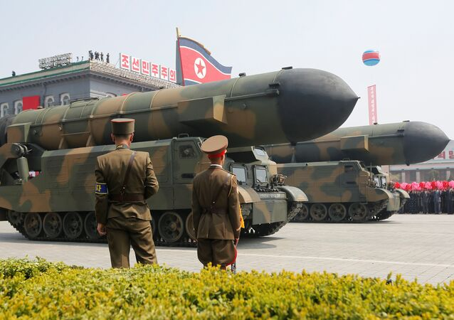 Misseis norte-coreanos durante desfile militar, que celebra 105º aniversário de Kim Il Sung