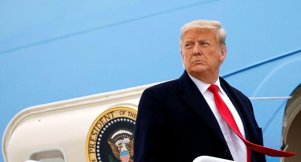 Donald Trump, presidente dos EUA, embarca em avião em Harlingen, Texas, EUA, 12 de janeiro de 2021