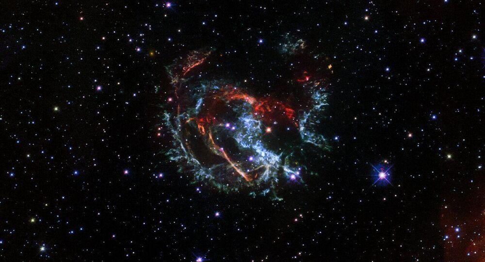 Vestígios de supernova 1E 0102.2-7219, localizada a cerca de 200 mil anos-luz de distância