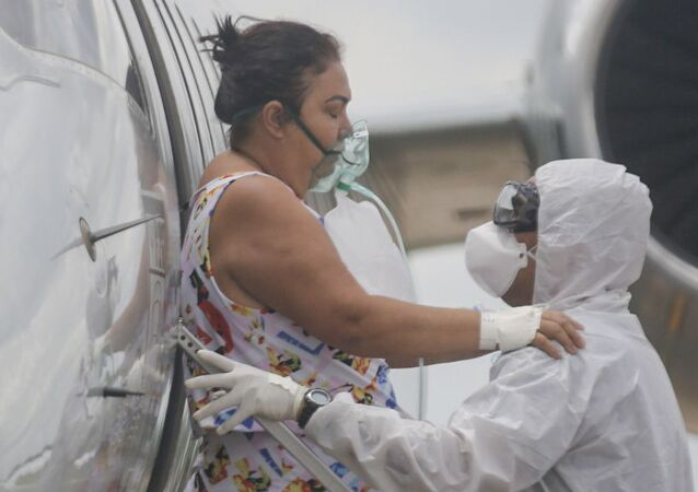 Ambulância posicionada para a recepção de pacientes diagnosticados com Covid-19, transferidos da cidade de Manaus, no Amazonas, durante desembarque em avião da FAB (Força Aérea Brasileira) no aeroporto Senador Petrônio Portella, na cidade de Teresina, nesta sexta-feira (15).
