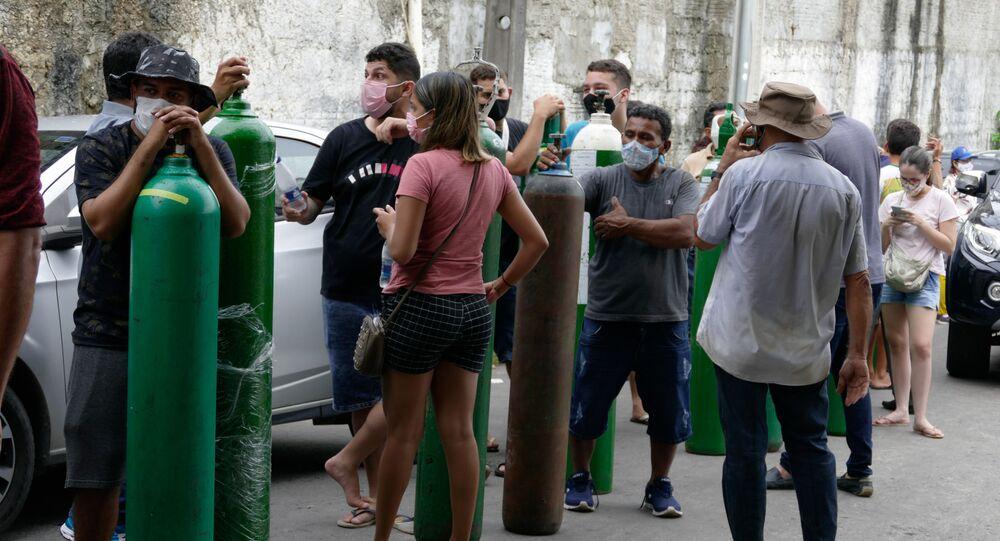 Parentes de pacientes internados com COVID-19 fazem fila para recarregar cilindros de oxigênio na frente da empresa Nitron da Amazônia, em Manaus (AM), nesta sexta-feira, 15 de janeiro de 2021