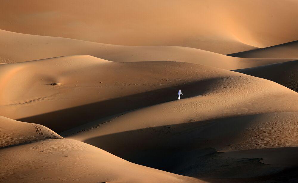 Jovem passa pelas dunas de areia no deserto de Liwa, Emirados Árabes Unidos, 9 de janeiro de 2021