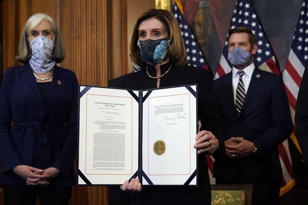 Presidente da Câmara dos Representantes, Nancy Pelosi, mostra o artigo assinado do impeachment do atual presidente Donald Trump, Washington, Estados Unidos, 13 de janeiro de 2021