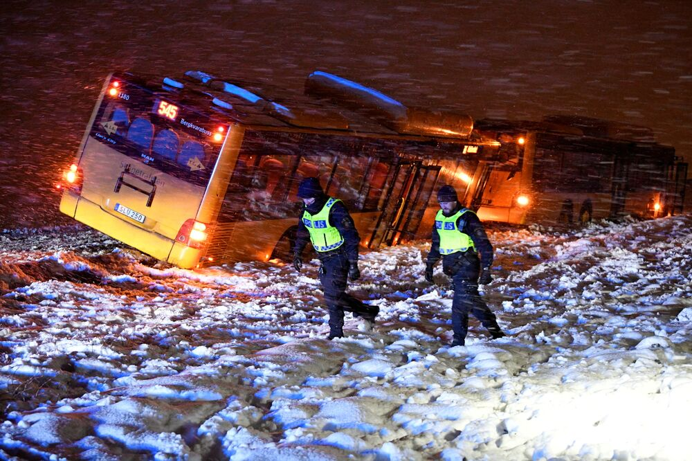 Polícia no local de um acidente de trânsito de dois ônibus devido a nevasca, norte de Kristianstad, Suécia, 13 de janeiro de 2021