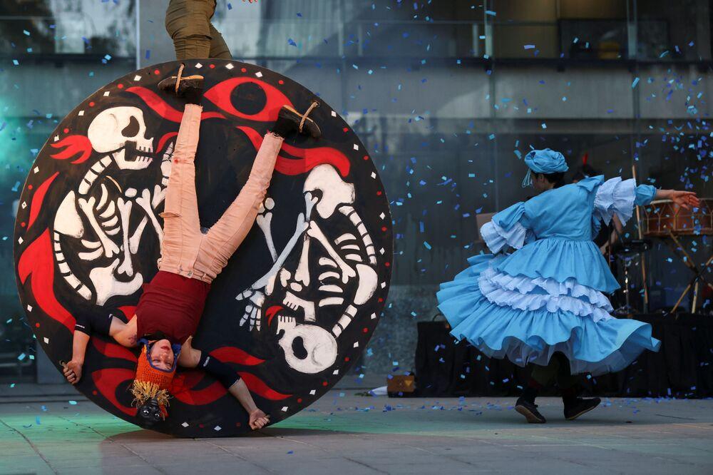 Dançarinos das companhias de teatro La Patogallina e Ciclicus dançam Fuego Rojo (Fogo Vermelho, em espanhol) durante o Festival Internacional de Teatro Santiago a Mil, Santiago, Chile, 9 de janeiro de 2021
