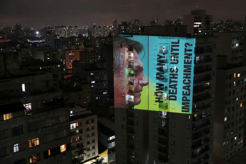 Imagem do presidente brasileiro Jair Bolsonaro com a frase How many deaths until impeachment? (Quantas mortes mais até o impeachment, em inglês) durante os protestos contra sua política perante o surto da COVID-19 e crise sanitária em Manaus, São Paulo, Brasil, 15 de janeiro de 2021