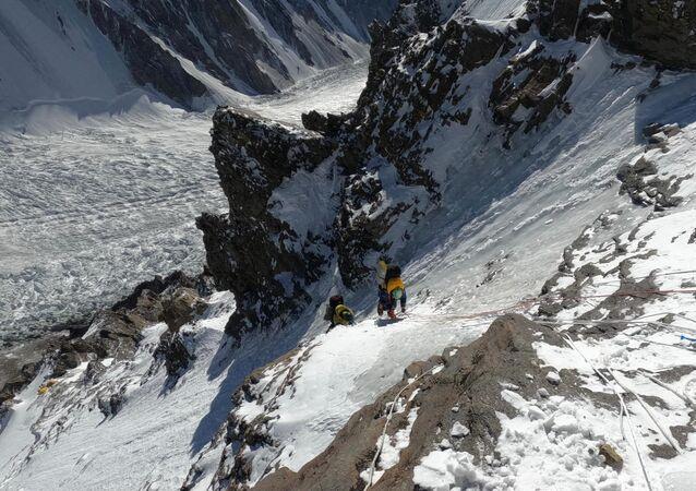 Alpinista polonesa Magdalena Gorzkowska tenta escalar a montanha K2 no inverno, no Paquistão.