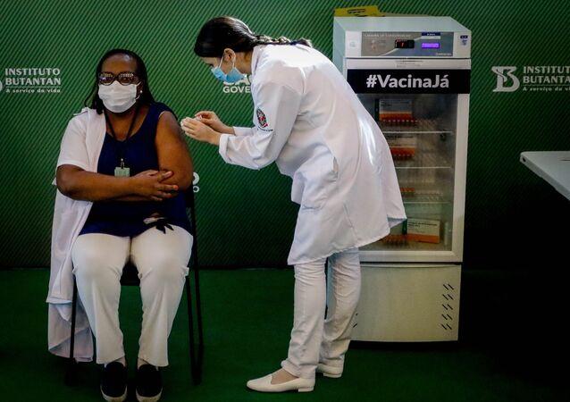 Mônica Calazans, enfermeira de 54 anos do Instituto Emílio Ribas, em São Paulo, é a primeira vacinada contra a COVID-19 no Brasil