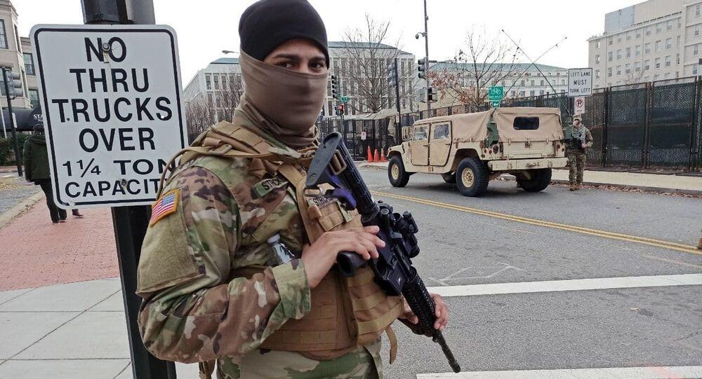 Militar da Guarda Nacional em serviço em uma das ruas perto do edifício do Capitólio, Washington, EUA
