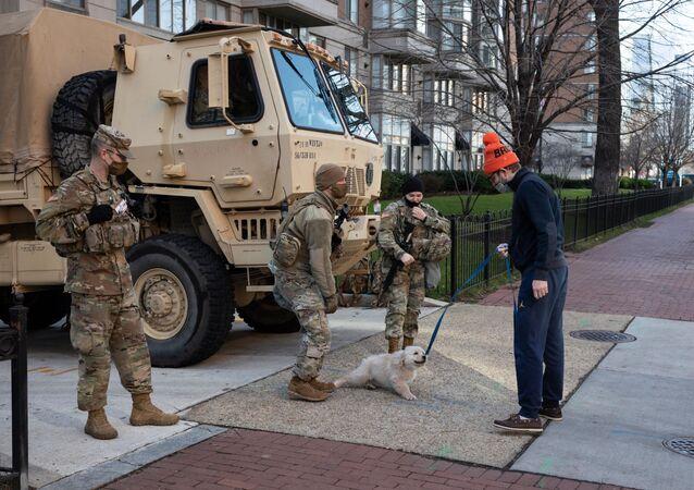 Militares da Guarda Nacional falam com um morador de Washington dias antes da tomada de posse de Joe Biden, Estados Unidos