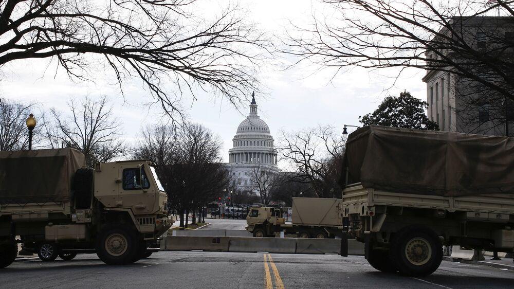 Caminhões militares bloqueiam acesso ao Capitólio em Washington, Estados Unidos, 17 de janeiro de 2021
