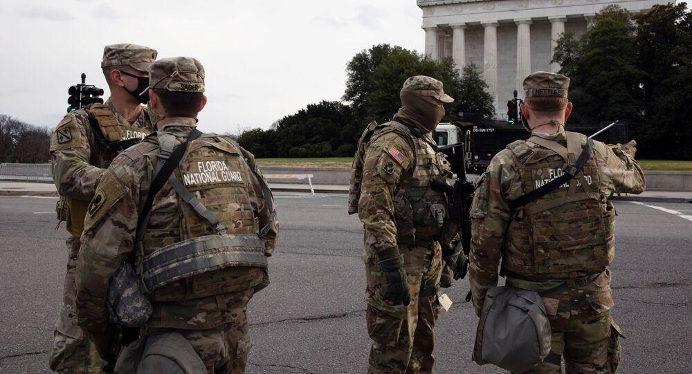Militares da Guarda Nacional vigiam os arredores do edifício do Capitólio, Washington, EUA