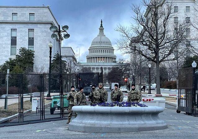 Soldados da Guarda Nacional perto do Capitólio para a segurança da capital norte-americana pela tomada de posse do presidente eleito Joe Biden, Washington, Estados Unidos, 17 de janeiro de 2021
