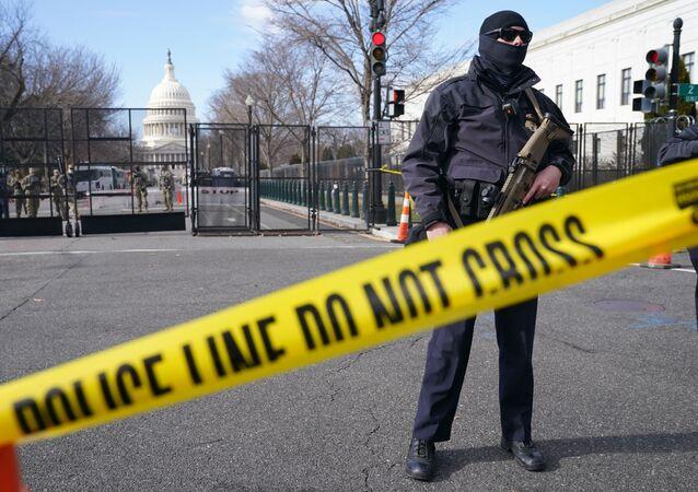 Militares da Guarda Nacional vigiam os arredores do edifício do Capitólio, Washington, EUA (arquivo)